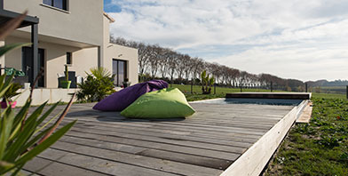 installation de terrasse piscine mobile alkira. Black Bedroom Furniture Sets. Home Design Ideas